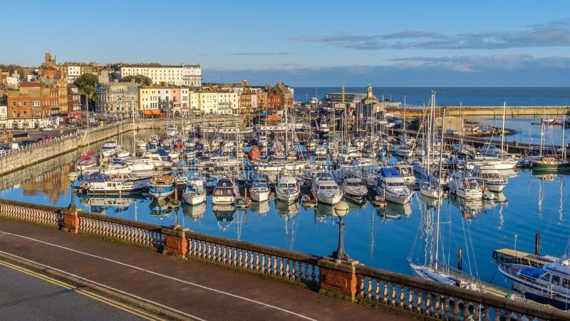 Der eindrucksvolle und historische königliche Hafen von Ramsgate, von Kent, von Großbritannien, von voll der Freizeit und der Fis lizenzfreies stockbild