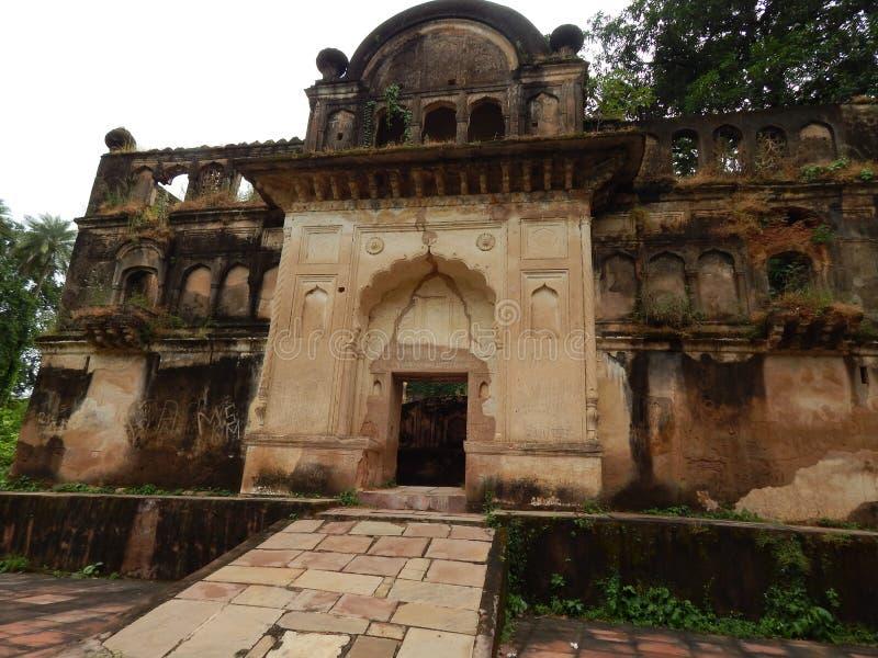 Der Eingang von ruiniertem Mastani Mahal baute für seine geliebte Tochter Mastani auf, aufgestellt nahe Chhatarpur, Indien lizenzfreie stockfotos