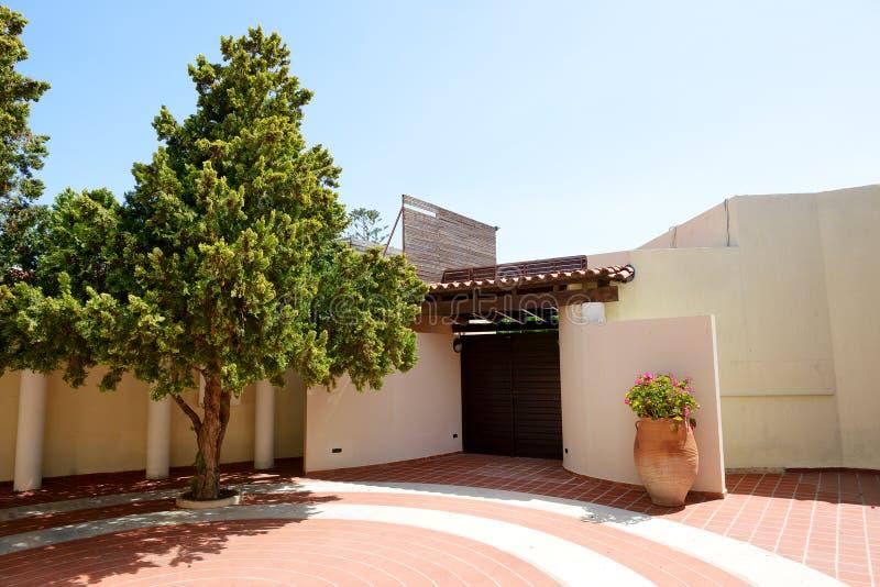 Landhaus Eingang der eingang zum landhaus und zu den amphoren mit blumen im