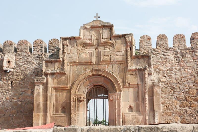 Der Eingang zur alten orthodoxen Kathedrale in Mtskheta nahe Tiflis Svetitskhoveli Kathedrale stockbilder
