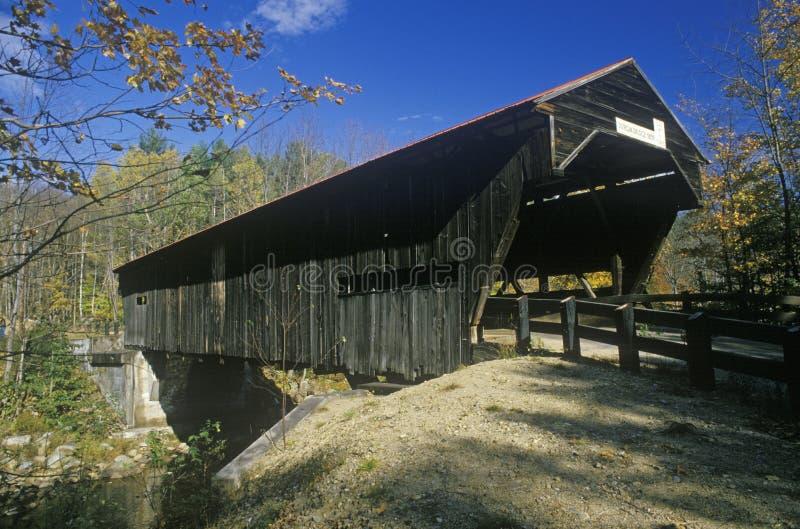 Der Eingang zur Durgin-überdachten Brücke in seinen Herbst New Hampshire-Umgebungen lizenzfreie stockfotos