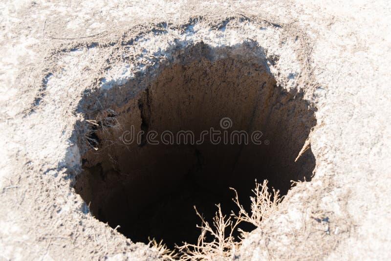Der Einsturz des Bodens ist eine tiefe Grube stockfotografie