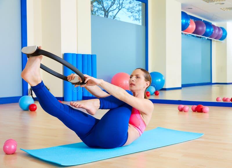 Der einzelnen magische Ringübung Beinausdehnung Pilates-Frau stockbild