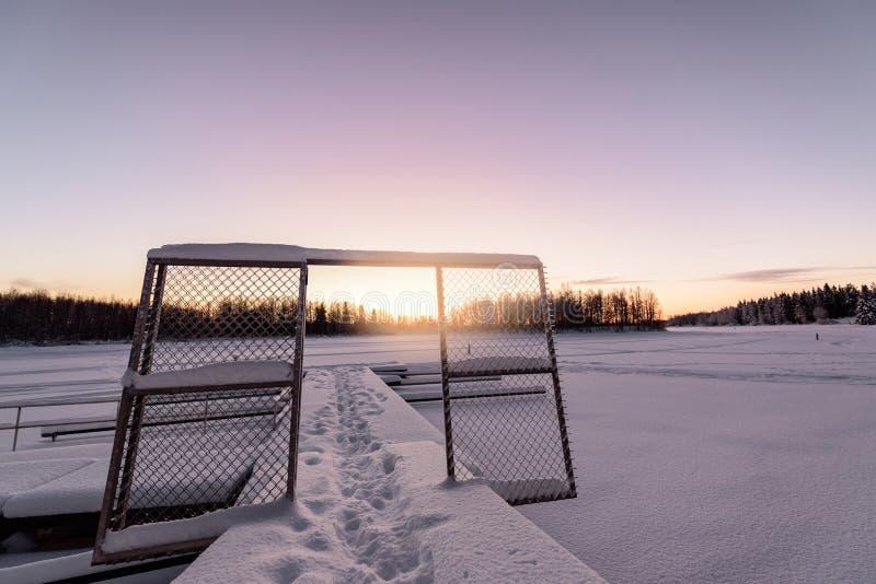 Der Eissee und -wald hat mit starken Schneef?llen und nettem blauem Himmel in der Wintersaison am Feriendorf Kuukiuru, Finnland b stockfotografie