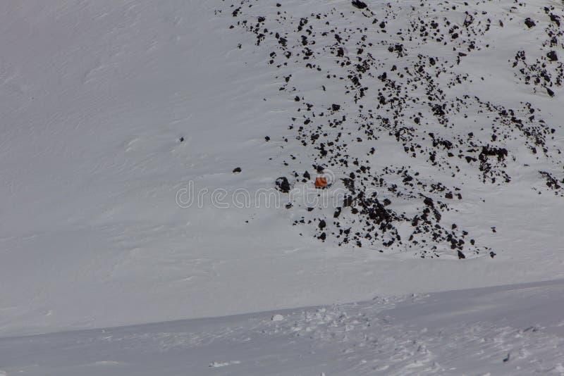 2014 der Elbrus, Russland: Kampieren Sie an einer Höhe von 5.200 Metern zwischen den West- und Ostspitzen vom Elbrus lizenzfreie stockbilder