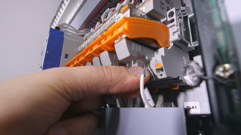 Der Elektriker, Der Drähte, Kabel In Eine Stromenergie Installiert ...