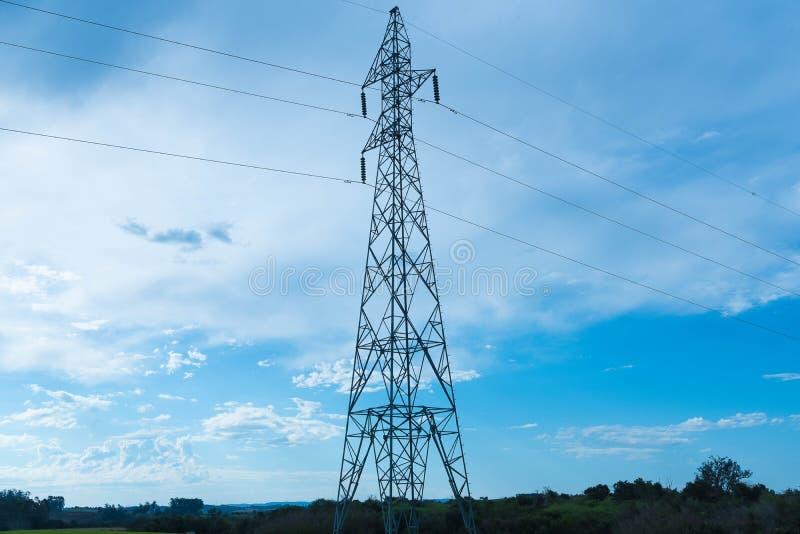 Der Energieturm und das Nachmittagsblau lizenzfreie stockbilder