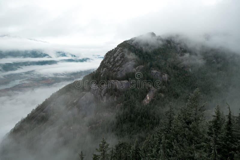 Der enorme Granitfelsen erscheint durch den Nebel stockbilder
