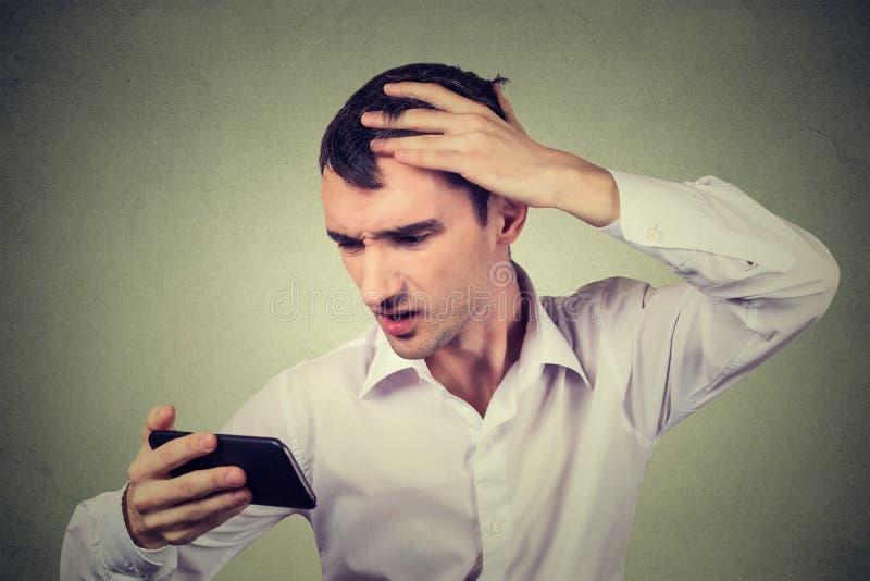 Der entsetzte Manngefühlskopf, überrascht ist er verlierendes Haar, Zurücktretenhaarstrich lizenzfreies stockfoto