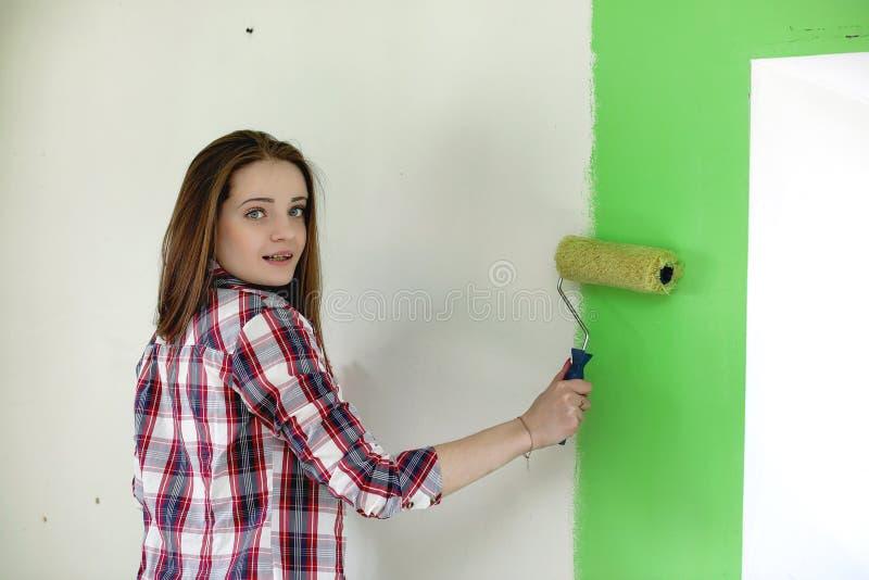 Der Erbauer führt Reparaturen in der Wohnung durch Die Fertigung arbeitet an p lizenzfreie stockbilder