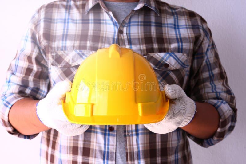 Der Erbauer hält einen Hut lizenzfreies stockbild