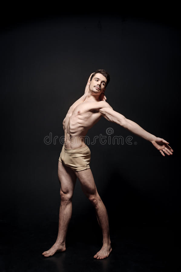 Der erfahrene Tänzer, der in das Schwarze ausdehnt, färbte Raum stockfotos