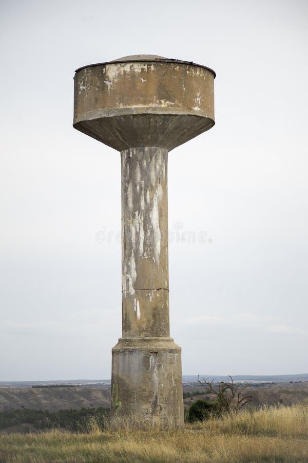 Der erhöhte Stahlbetonwasserbehälterturm lizenzfreies stockbild