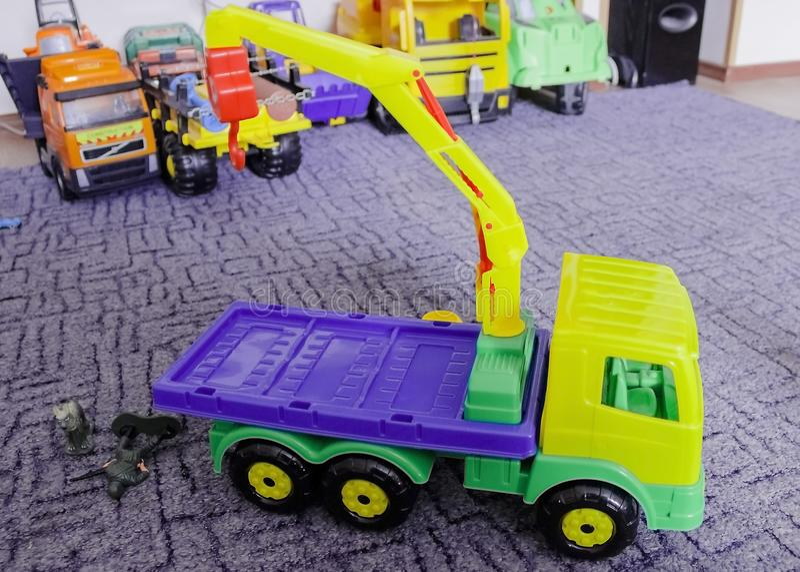 Der Erhöhungskran, das hölzerne Spielzeug der Kinder bunt lizenzfreies stockbild