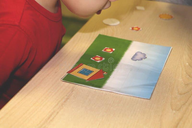 Der Erzieher beschäftigt das Kind im Kindergarten Kreativität und Entwicklung des Kindes stockfoto
