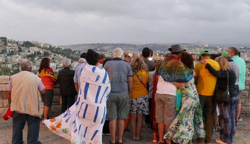 Der Führer zeigt dem Jerusalem alte Stadt zu den Touristen Ansicht vom Skopus lizenzfreie stockfotos