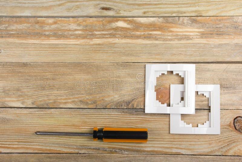 Der Fachmann, der Werkzeuge für Verzierungsund errichtende Erneuerung repariert, stellte in den hölzernen Hintergrund, Elektriker lizenzfreie stockbilder