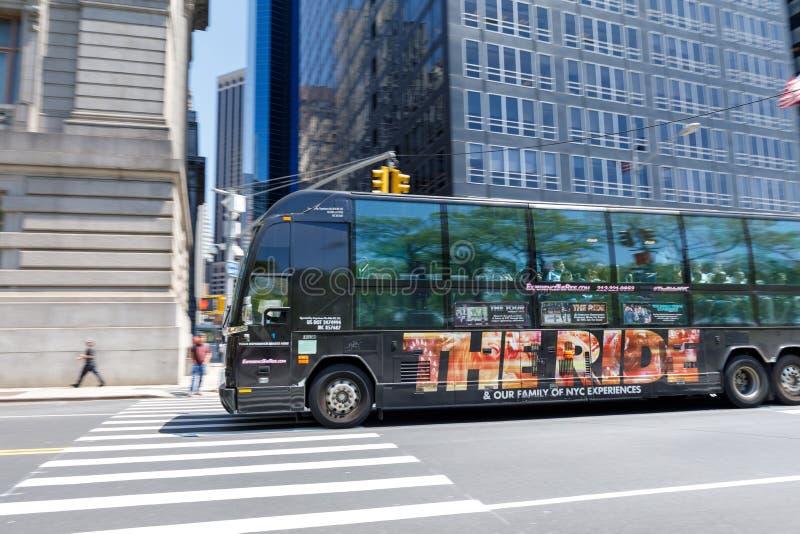 Der Fahrbus Es bietet Sightseeing-Toure von New York an stockfotos