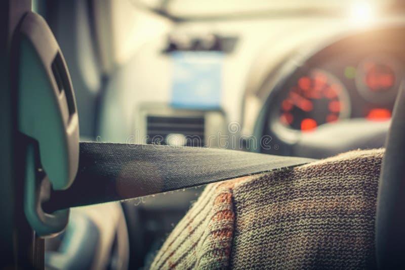Der Fahrer befestigt mit einem Sicherheitsgurt lizenzfreie stockbilder