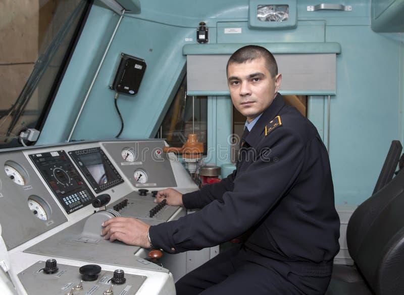 Der Fahrer des elektrischen Zugs, ein Mann von mittlerem Alter des europäischen Auftrittes lizenzfreies stockfoto