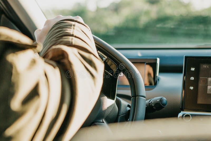 Der Fahrer oder der Reisende oder der Tourist ist Autofahren lizenzfreie stockbilder