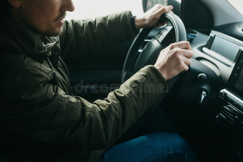 Der Fahrer oder der Reisende oder der Tourist ist Autofahren stockbilder