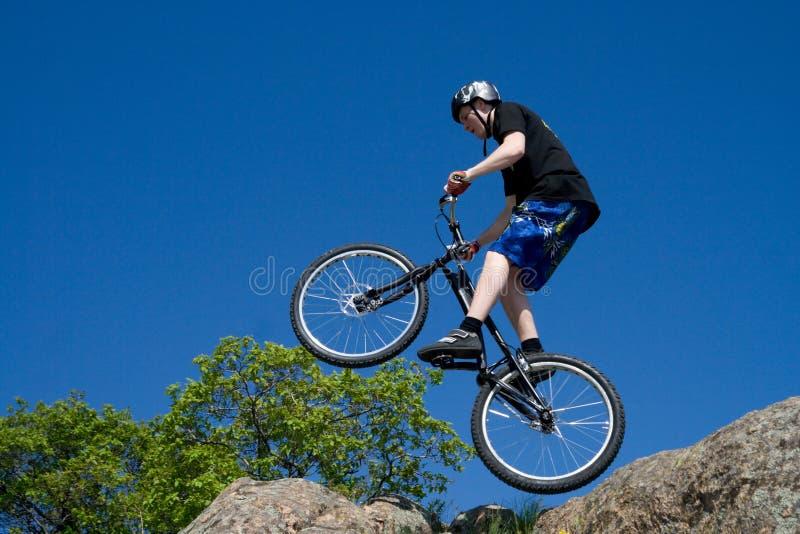 Der Fahrradtrick stockfotos