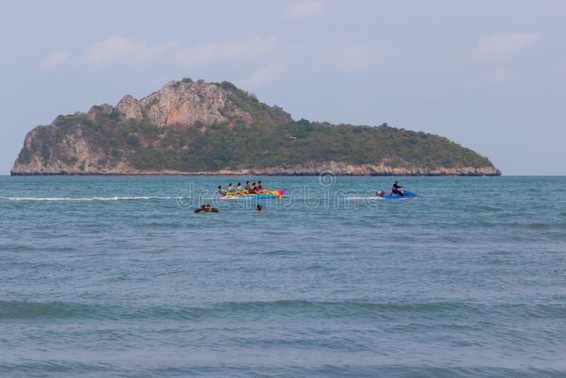 in der Feiertagsfamilie, die Spielbananenboot genießt und am Strand, Asien Thailand schwimmt stockbild
