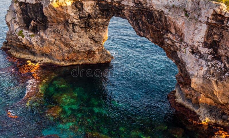 Der Felsen auf dem Meer von Farben lizenzfreie stockfotos