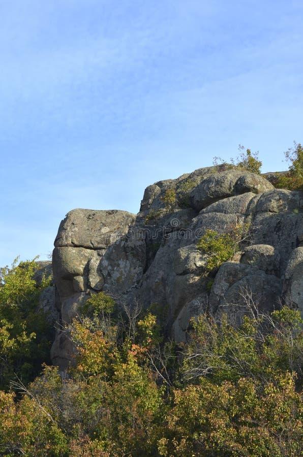 Der Felsen sieht wie der Kopf einer Schildkröte aus Aktovo stockfoto