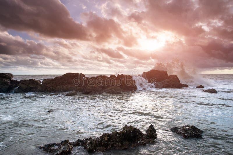 Der Felsen und die Seewelle stockbilder