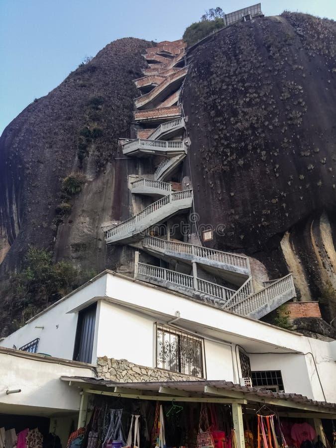 Der Felsen von Guatape oder Stein von EL Peñol Marksteinmonolith in Kolumbien lizenzfreie stockfotografie