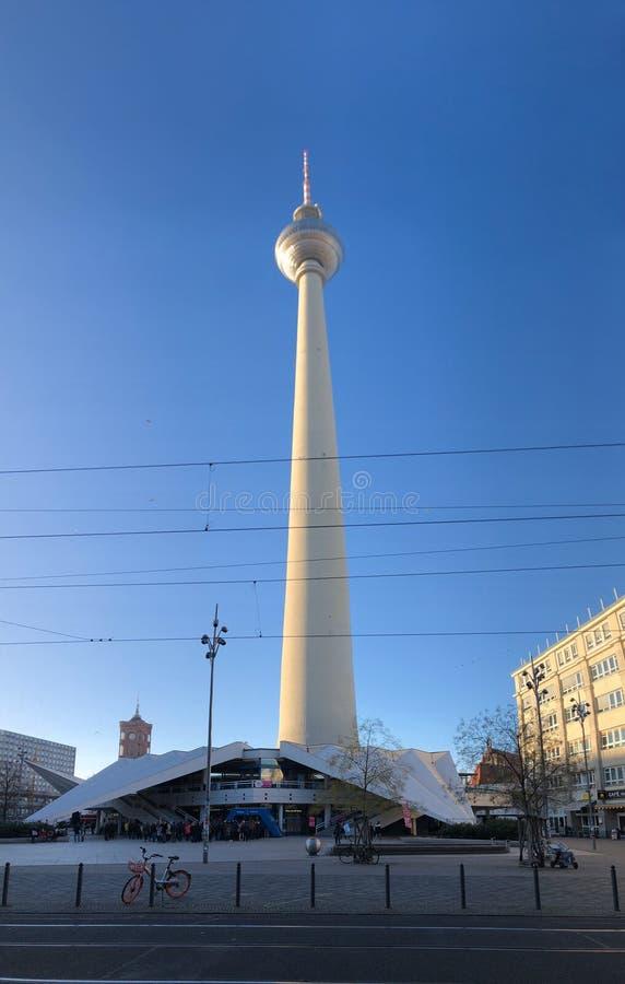 Der Fernsehkontrollturm gelegen auf dem Alexanderplatz in Berlin, Deutschland stockfoto