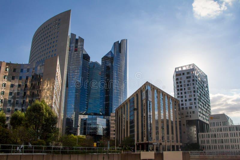 Der Finanzbezirk der Paris-La-Verteidigung an der Sonnenuntergangansicht der Wolkenkratzer und ihrer Reflexionen stockbild