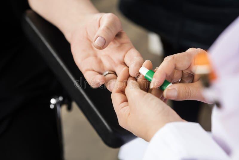 Der Finger Patienten Doktor-Using Tool On für Blutprobe im Krankenhaus lizenzfreie stockbilder