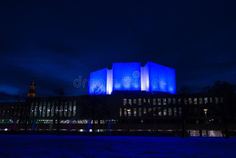 Der Finlandia Hall belichtet nachts lizenzfreies stockfoto