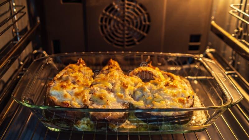 Der Fisch wird im Ofen gebacken, lizenzfreies stockfoto
