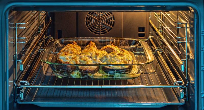 Der Fisch wird im Ofen gebacken, stockfotos