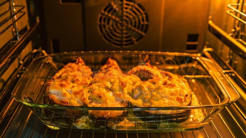 Der Fisch wird im Ofen gebacken, stockfotografie