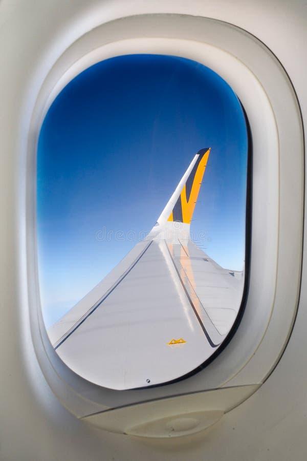 Der Flügel einer Fläche aus dem Fenster heraus lizenzfreies stockfoto