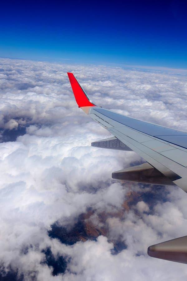 Der Flügel eines Airbus während des Fluges an einem wolkigen Tag lizenzfreies stockbild