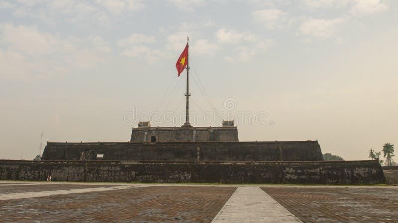 Der Flaggenturm von Hue Citadel mit der Flagge von Vietnam-Fliegen im Wind lizenzfreie stockfotos