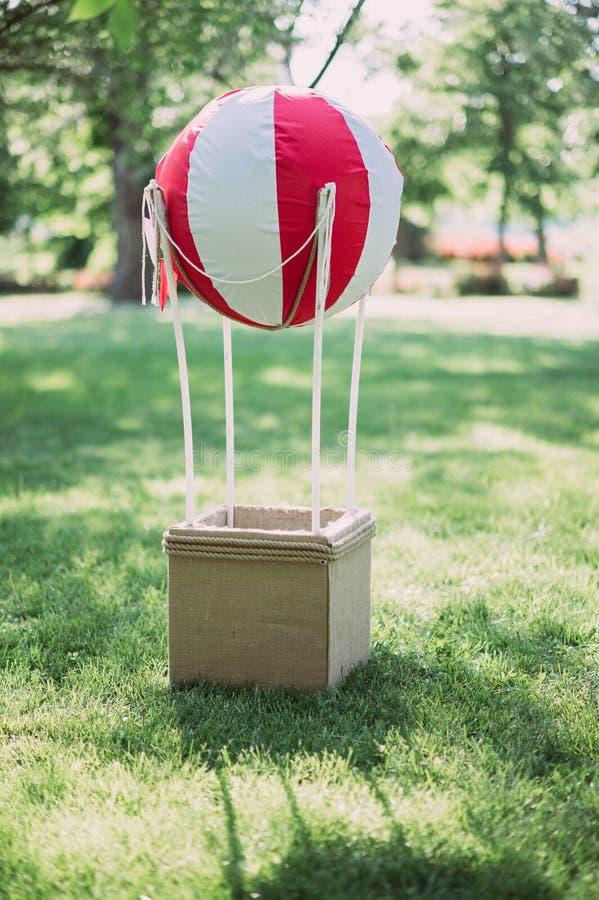der fliegende Ballon der kleinen Größen auf der Erde Das fliegende Gerät der Ballon für Kinder stockfotos