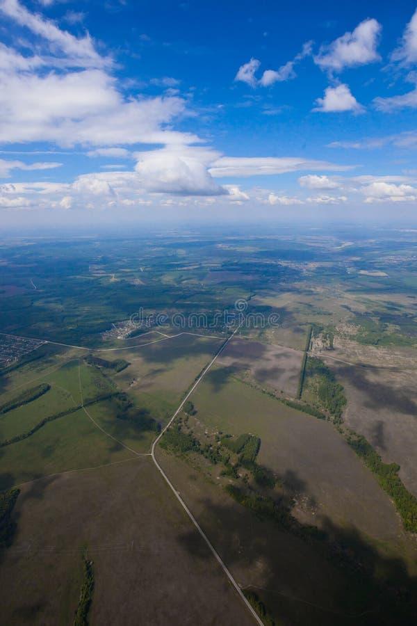 Der Flug unter dem blauen Himmel über der Sommerebene stockbilder