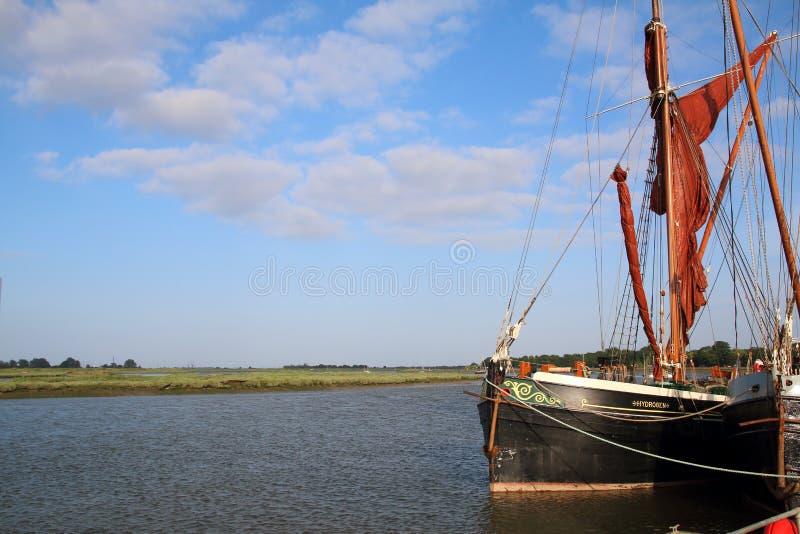 Der Fluss Blackwater und ein Themse-Segeln-Lastkahn bei Maldon Essex Großbritannien lizenzfreie stockfotografie