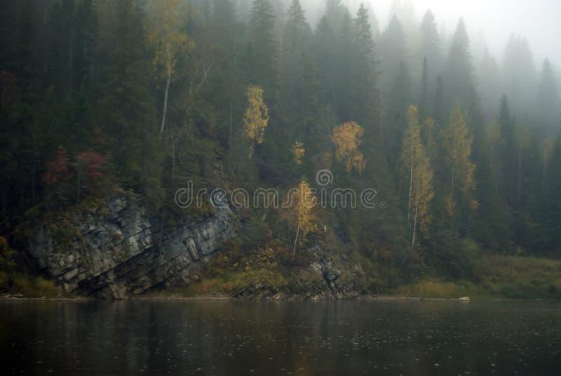 Der Fluss Chusovaya im regnerischen Herbstwetter stockbild