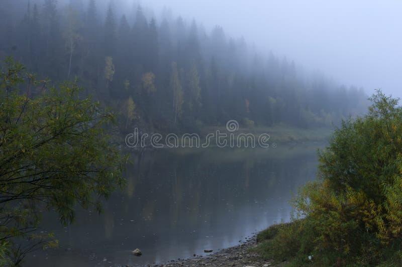 Der Fluss Chusovaya im regnerischen Herbstwetter lizenzfreie stockbilder