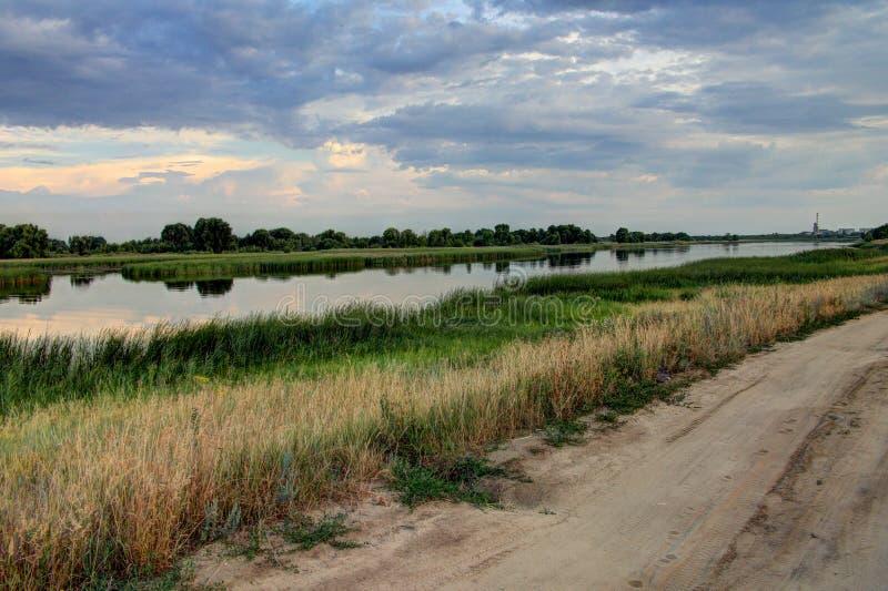 Der Fluss in der Stadt des Schmutzes Russland, bewölkte Nacht lizenzfreie stockfotografie