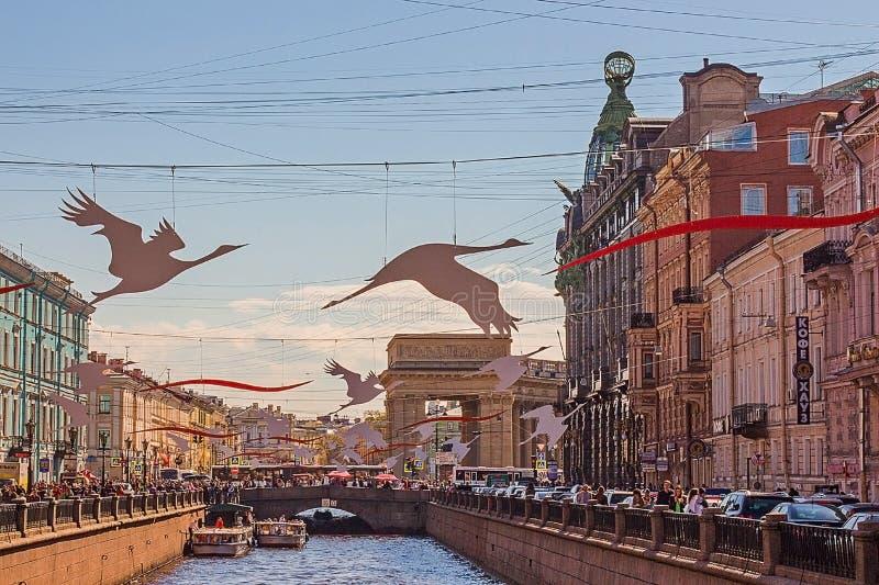 Der Fluss in der Stadt, Ufergegend, Boote stockbilder