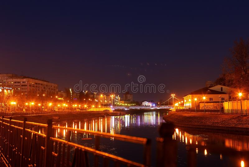 Der Fluss glüht mit Laternen bis zum Nacht stockfotos